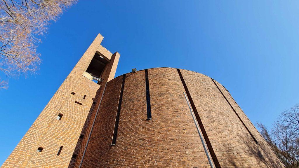 Kirche Sankt Thomas Morus, Blick zum Kirchturm
